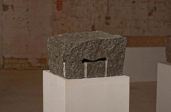 O.T. III, 2009<br />Granit, gespalten, geschnitten, innen poliert, 15 x 24 x 25 cm